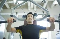 トレーニングする日本人男性