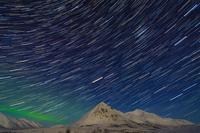 カナダ オーロラと星の軌跡