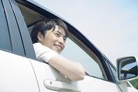 運転席に座る笑顔の若い男性