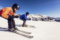 スキーを楽しむ外国人のシニア夫婦