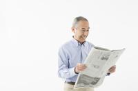 新聞を読むシニアの日本人男性