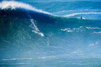 大波とサーファー