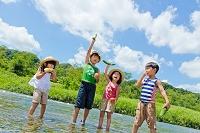 河原で夏野菜を持つ日本人の子供
