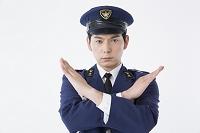 バツを作る男性警察官