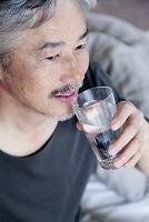 水を飲むミドル男性