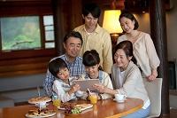 タブレットを見る3世代日本人家族