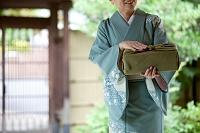 風呂敷包みを持つ中高年日本人女性