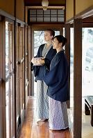 浴衣の外国人と日本人の女性