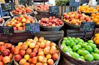 バンコク 店頭に並ぶ輸入果物