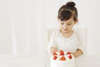 いちごの誕生日ケーキと女の子