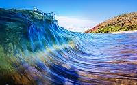 鮮やかな色彩の海の波