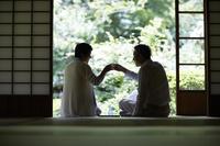日本酒で乾杯するシニアカップル
