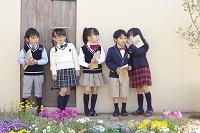 内緒話をする小学生の子供達