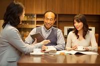 説明を聞く日本人のミドル夫婦