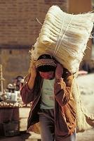 荷物を担ぐ女性