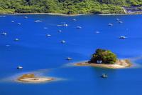 徳島県 ウチノ海と釣り用の筏と鏡島