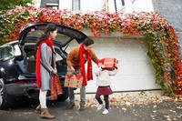 クリスマスの買い出しをする家族