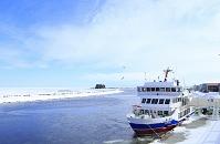 北海道 流氷観光船おーろら号と帽子岩