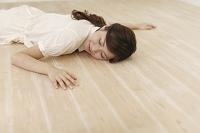 リビングの暖かい床に寝転ぶ日本人女性