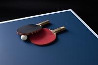 卓球台に置かれたラケットと球