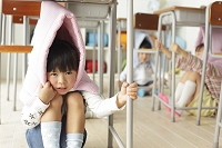 避難訓練をする日本人小学生