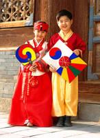 韓国の民族衣装を着た子供達