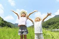 山梨県 空に向かって深呼吸する姉弟