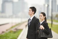 遠くを見る就活中の日本人ビジネスパーソン