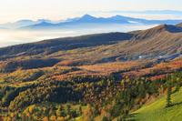 群馬県 志賀高原 日本国道最高地点より望む朝の芳ヶ平湿原と雲...