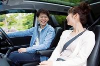 車に座るカップル