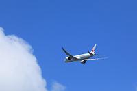 白い雲とジェット機 日本航空