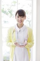 体温計を差し出す看護師