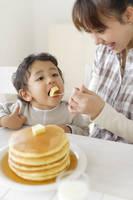 ホットケーキを食べる男の子とママ