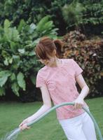 ホースで水をかける日本人女性