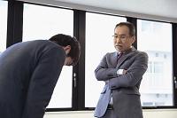 謝罪する日本人ビジネスマン