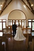 教会で結婚式をするカップルの後ろ姿