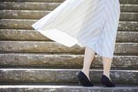 風になびくスカート