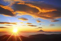 山梨県 北岳山頂より望む富士山と朝日に染まる吊るし雲