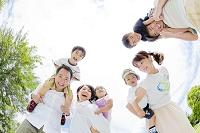 公園で集まる2日本人家族
