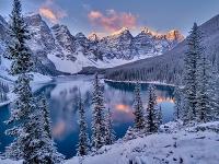 カナダ バンフ国立公園 モレーン湖と雪山