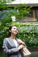 カバンを持つ日本人ビジネスウーマン