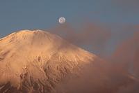 雲の隙間から朝の月