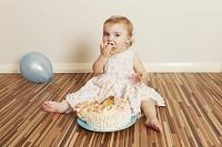 ケーキを食べる外国人の女の子