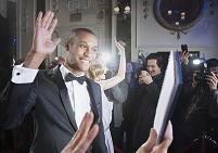 手を振る外国人男性