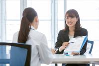 ミーティングをするMRの日本人女性