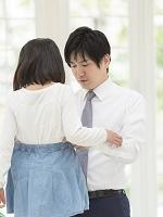 娘の身支度を手伝う父親