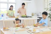 朝食を作る両親と手伝いをする子供達