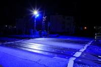茨城県 青色防犯灯で照らされた踏切