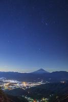 山梨県 櫛形山林道より甲府盆地と富士山と星空