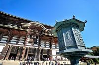 奈良県 東大寺の金堂(大仏殿)と八角燈籠